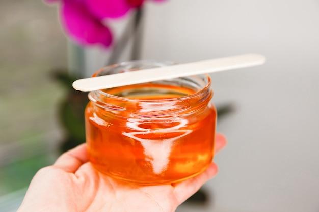 クローズアップの脱毛用天然蜂蜜砂糖ペーストまたは蜂蜜