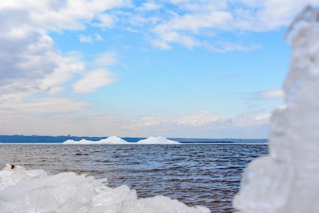 봄 날씨 동안 해안에 부서지는 자연 얼음 블록. 북극, 겨울, 봄 풍경입니다. 볼가 강을 따라 얼음 드리프트.