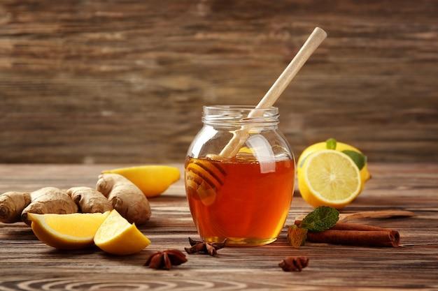 나무 탁자에 있는 기침 치료제를 위한 천연 성분