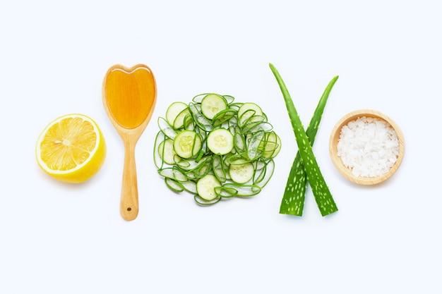 Натуральные ингредиенты для домашнего ухода за кожей на белом.