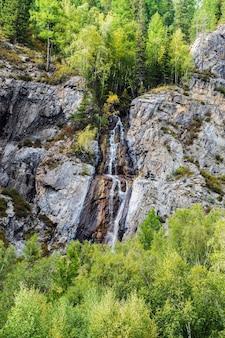 自然のランドマークの滝shirlak(乙女の涙)。 moutain altai、ロシア