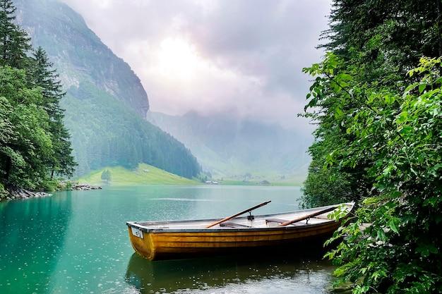スイスの山の湖の自然の景観。山の湖でボート
