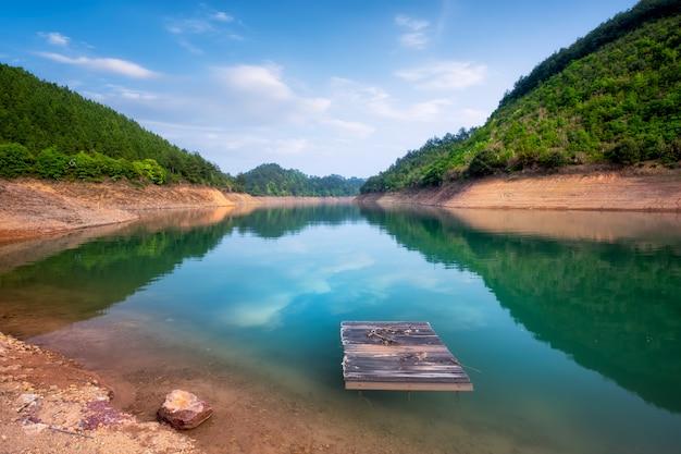 Природный ландшафт и озерный пейзаж озера цяньдао в ханчжоу