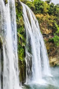 Природный ландшафт водопада хуангошу в гуйчжоу