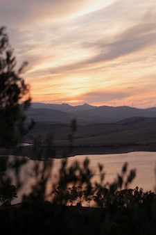 Природный ландшафт с рекой и восходом солнца