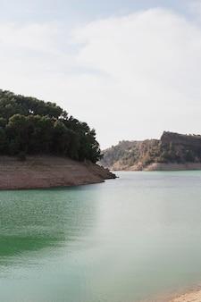 Paesaggio naturale con fiume