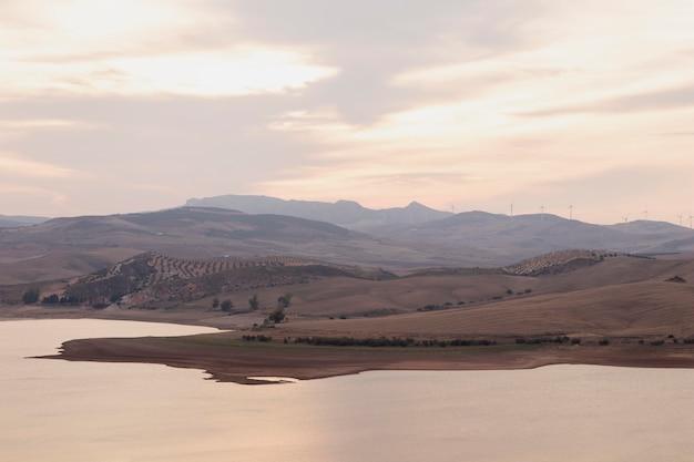 Природный ландшафт с рекой