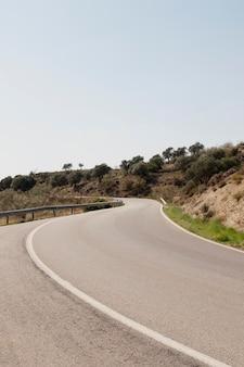 道路のある自然の風景