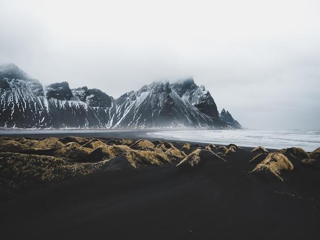Paesaggio naturale con montagne innevate