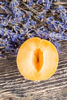 天然ラベンダーの花とオレンジアプリコットのスライス