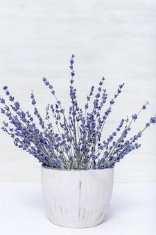 Натуральные цветы лаванды в круглой вазе