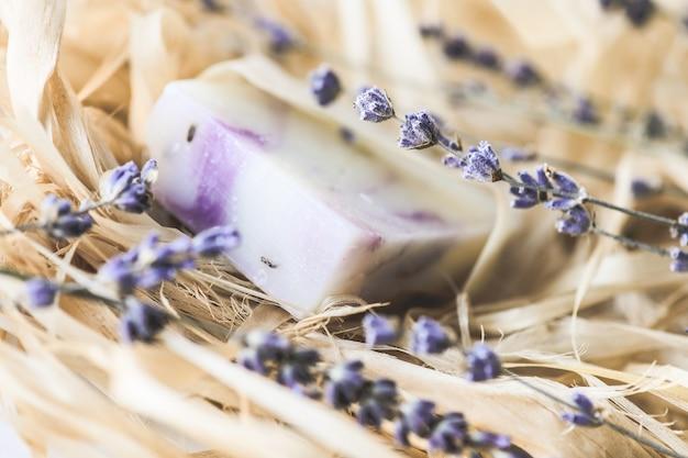 말린 라벤더 클로즈업 선택적 포커스가 있는 천연 라벤더 비누.