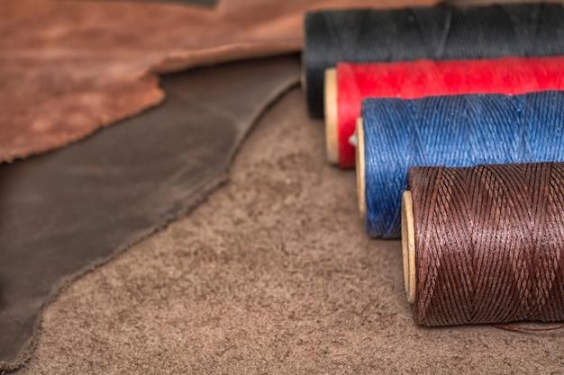 天然皮革とワックス糸のボビン