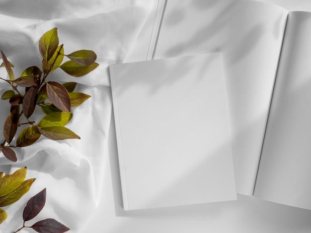 Foglie naturali e composizione rivista bianca