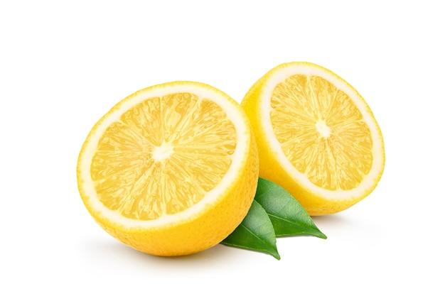 Натуральные фрукты лимона разрезать пополам и изолированные зеленые листья