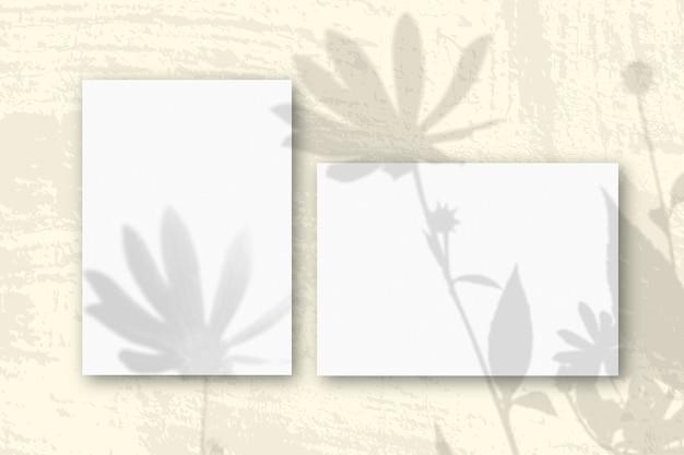 自然光が織り目加工の白い紙に影を落とします