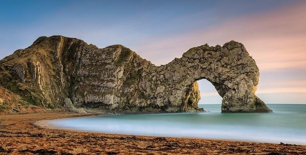 쥬라기 해안선 dorset의 자연 석회암 아치. 더들 도어. 웨스트 룰 워스. 북해. 영국