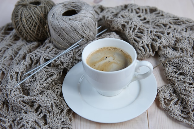 手編み用の天然リネン糸、ニットパターン、コーヒー1杯
