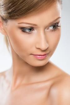 La donna dall'aspetto naturale gode della sua bellezza