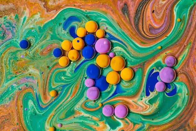 自然で贅沢な抽象的な流体アート絵画カラフルなアクリルの泡柔らかく夢のような大理石のテクスチャ壁紙透明な波と金色の渦巻きを作成する色の混合物