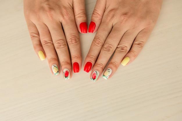カラフルな夏のマニキュアと自然な爪