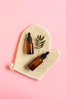 Натуральное масло и сыворотка на мочалке в форме перчатки, массажной перчатке.