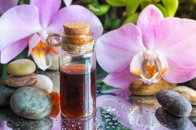 リラクゼーションと至福のための天然オイル。伝統的なアラビアのお香