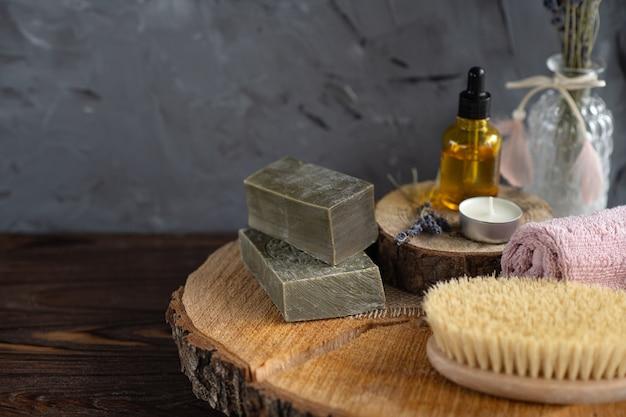 Натуральное оливковое мыло ручной работы на деревянных фоне крупным планом, спа расслабиться баннер