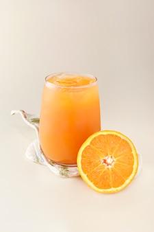 Натуральный апельсиновый сок со льдом