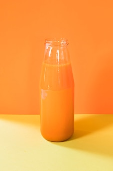 瓶の中の自然なオレンジのスムージー