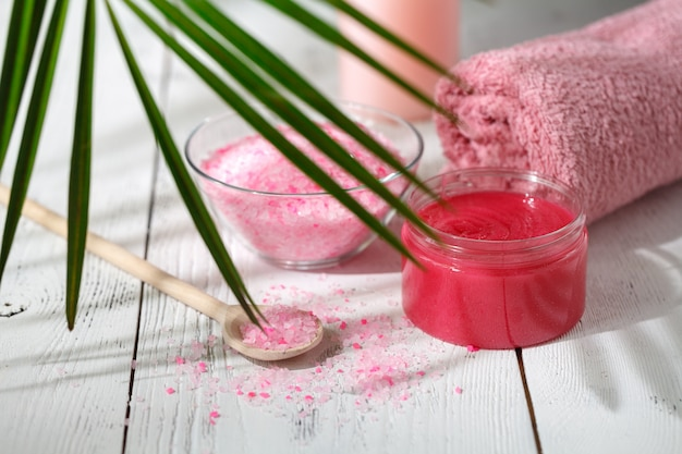 천연 유기농 목욕 제품. 수건, 비누, 샴푸 병 및 잎. 아름다움. 디자인을위한 모형
