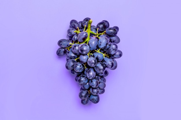 Натуральный органический черный сочный виноград