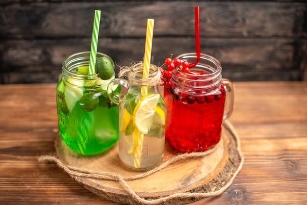 木製のまな板にチューブを添えたボトル入りの天然有機フルーツ ジュース