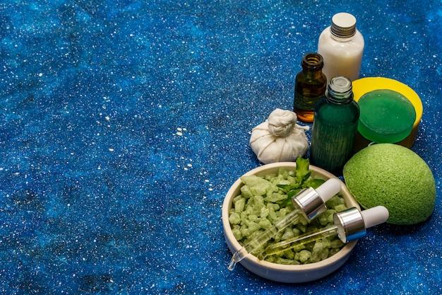 天然有機緑茶のエッセンシャルオイルと海の塩。自分を大切にする健康的な儀式。自然派化粧品・スパセット