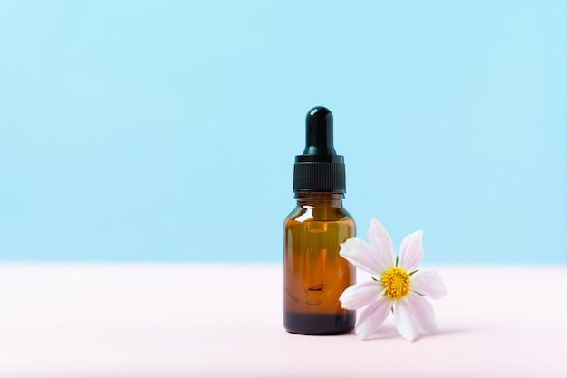 갈색 유리병에 든 스파용 천연 유기농 액체 약 또는 화장품 오일