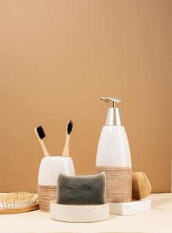 천연 유기농 셀프 케어 제품. 수제 비누, 나무 브러시 및 대나무 칫솔. 베이지 색 배경에 스파 액세서리 창조적 인 예술 구성