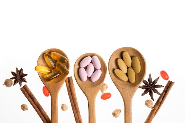 천연 유기농 비타민과 허브에서 추출한 약 오일 캡슐 알약 허브 보조제