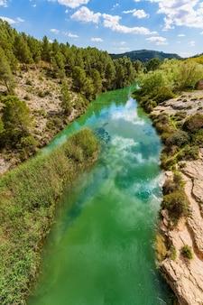 스페인의 청록색 강과 초목이있는 자연 공원