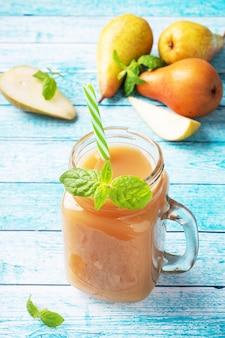 ガラスカップに入った天然梨ジュース