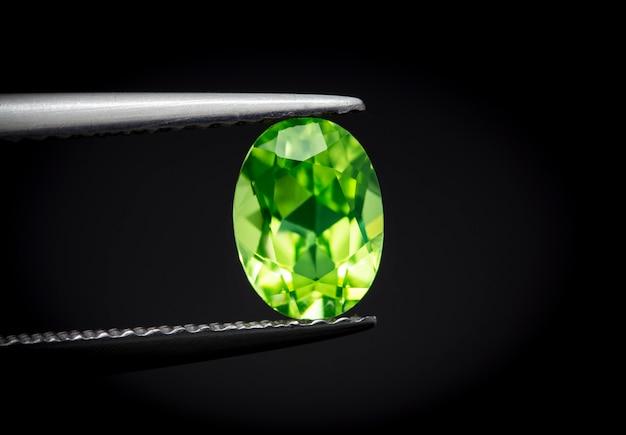Природный перидот gemstone овальной огранки красив.