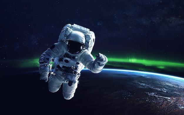 지구 자기장과 관련된 북극광 (오로라 보레 알리스)의 자연 현상