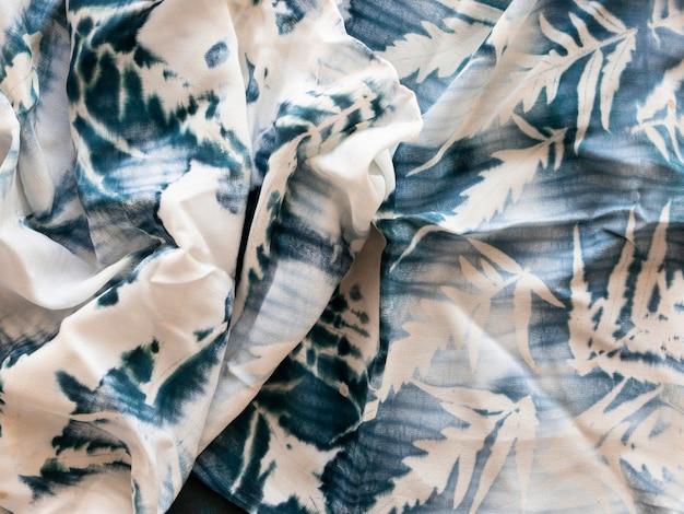 Натуральные пигменты в белой ткани с моделью листьев
