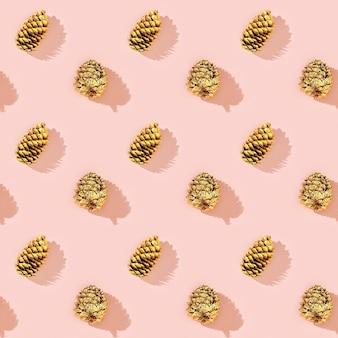 Натуральные сосновые шишки золотистого цвета в виде новогоднего узора.