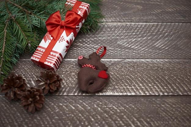 自然な板とクリスマスの装飾品