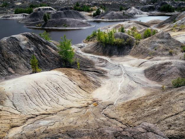 耐火粘土を抽出するための天然採石場。異なる色の粘土