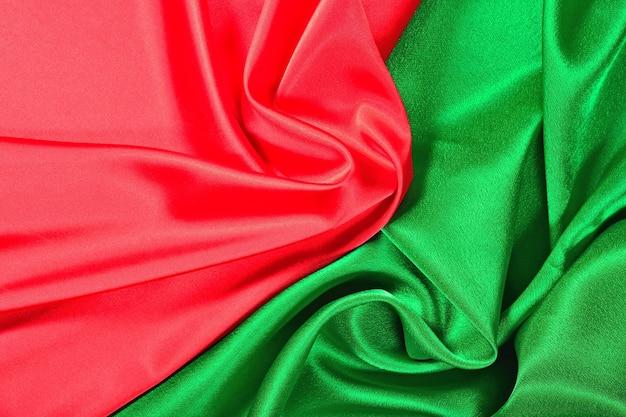 Натуральная красная и зеленая текстура атласной ткани