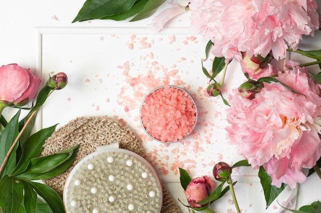 ドライマッサージブラシと牡丹の花のバス用天然塩