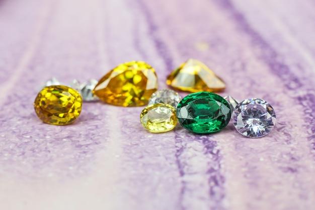 Натуральный сапфир драгоценный камень драгоценный камень или драгоценные камни на черном блеске цветная коллекция множества различных природных