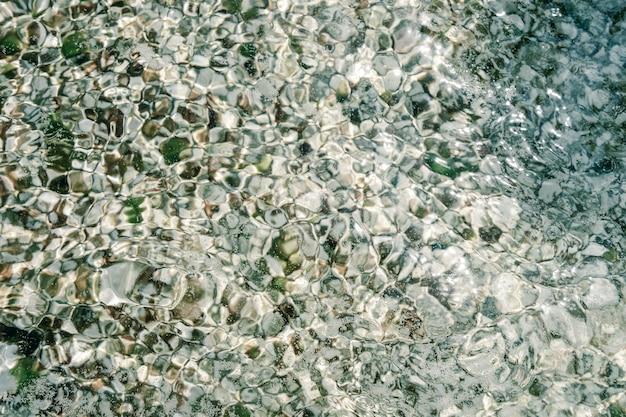 集合した石で作られた自然の海のモザイク