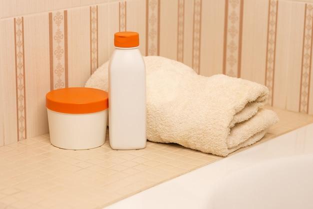 バスルームに天然シャンプー、リンス、バスタオル